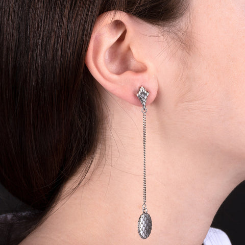 ARIA EARRINGHS WITH GD CHAIN  AND OVAL TEXTURE ELEMENT PENDANT  - WSOX00331 indossato
