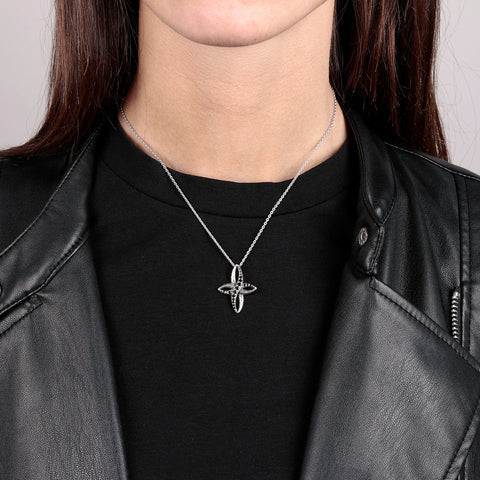 Cross Pendant Mermaid Necklace indossato