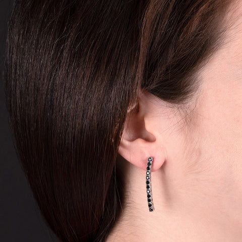 Long Black Spinel Earrings indossato