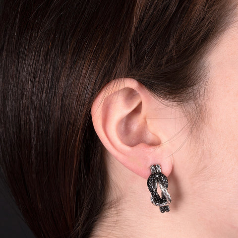 Marine Abyss Weave Mermaid Earrings indossato