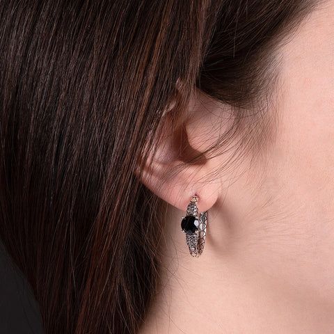 Orecchini a Cerchio Mermaid Texture Black Spinel con MORGANITE indossato
