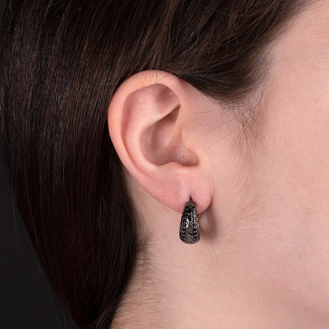 Orecchini Mermaid Texture Black Spinel  con SPINELLO NERO indossato