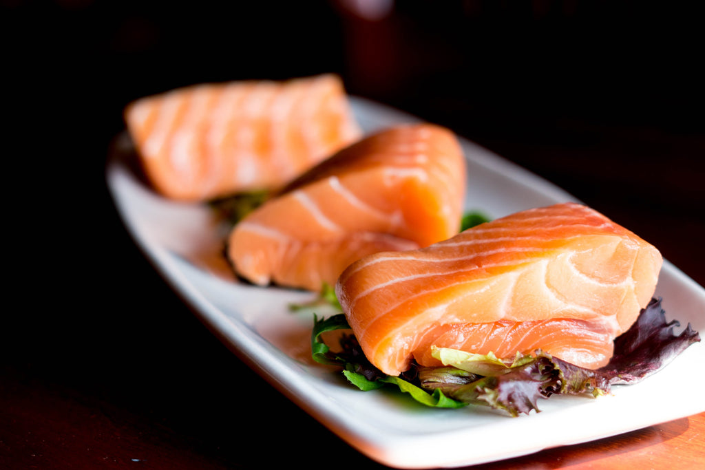 sliced_salmon_on_tray