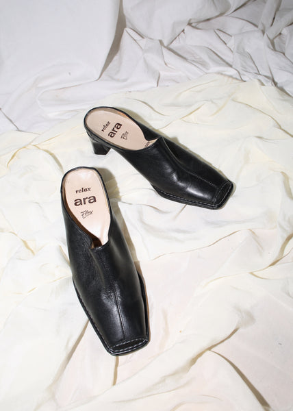 VINTAGE BLACK LEATHER SQUARE TOE MULES (38)