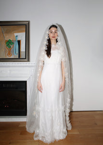 VINTAGE WHITE FLOWER APPLIQUE WEDDING DRESS WITH LONG VEIL (S)