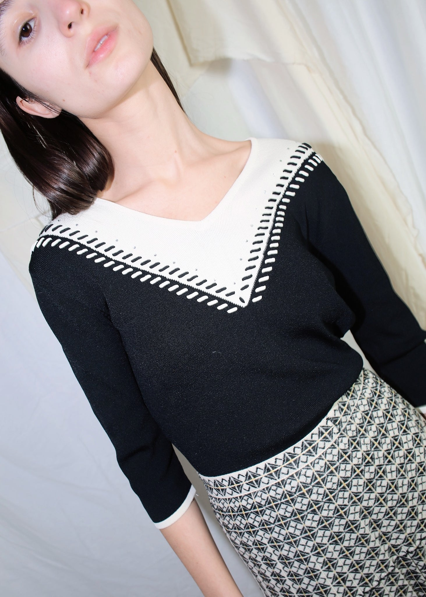 VINTAGE BLACK & WHITE V NECK KNIT TOP (XS)