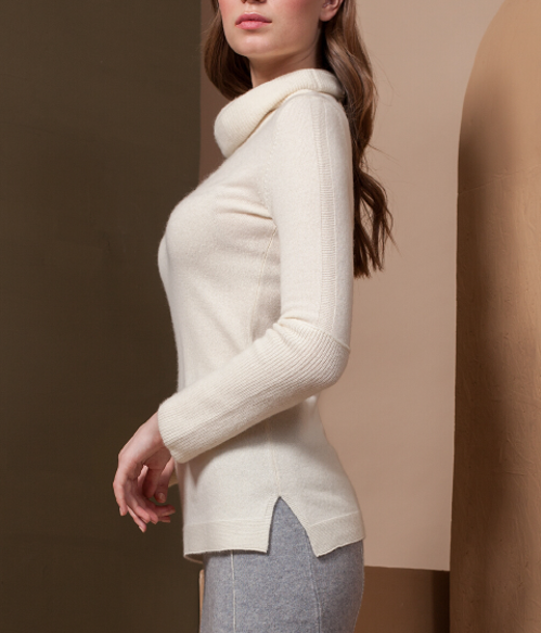 Lightweight Cashmere Turtleneck with V-stitch design