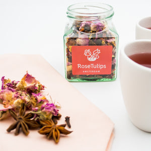 Tea with hibiscus, cacao beans, orange peel, elder berry, aronia berry, star anise, goji berry, rosa damascena, cinnamon and stevia leaf.