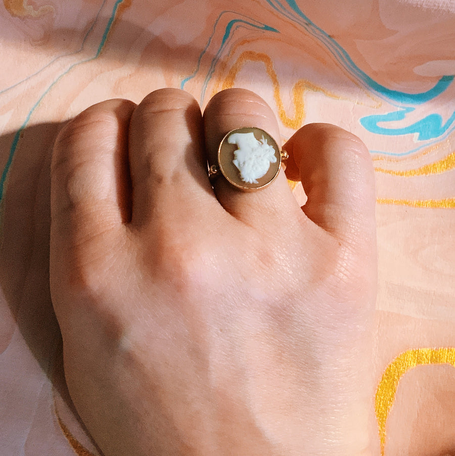 Beautiful antique 9 carat gold round cameo ring