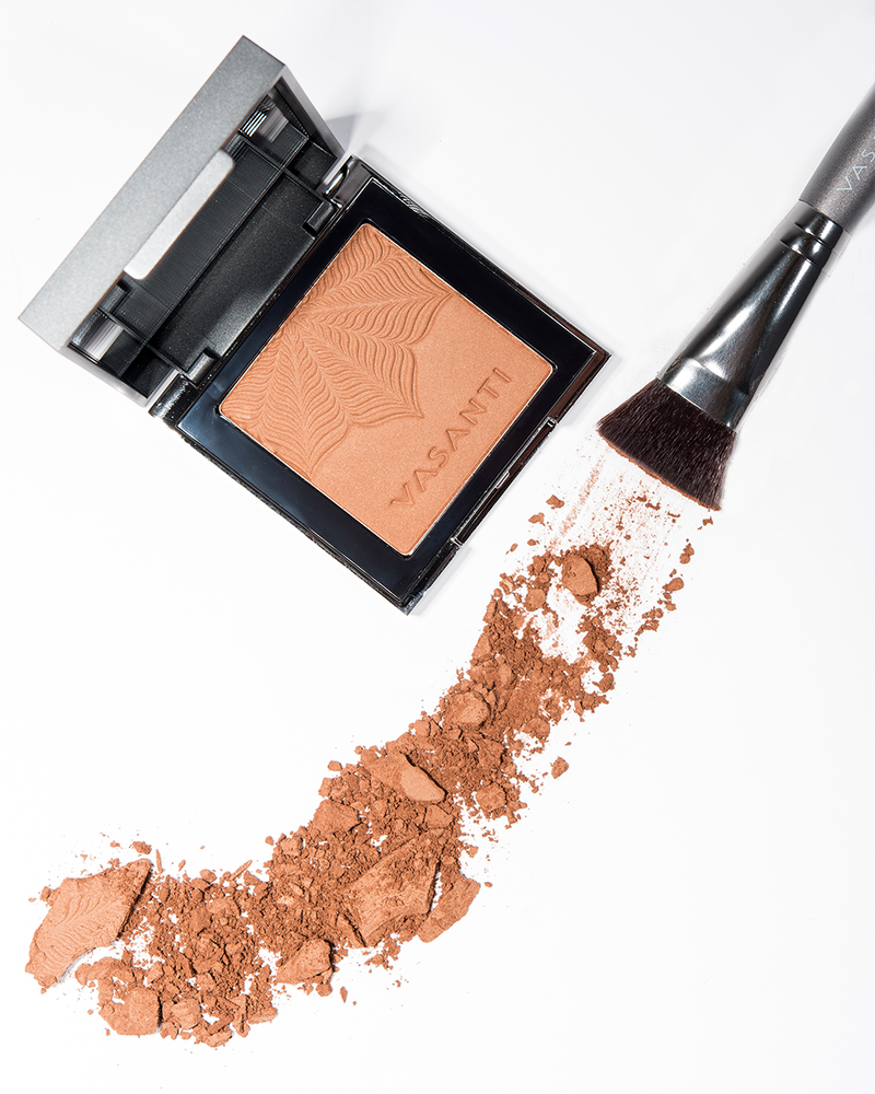 Vasanti Mineral Bronzer - Crushed makeup lifestyle shot