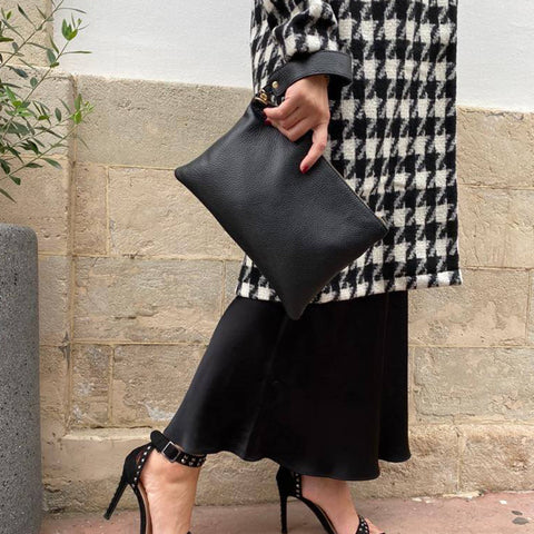 products/gynaikeia-tsanta-agape-clutch-black-01.jpg