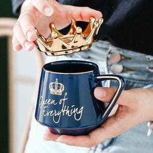 Queen of Everything Tasse Dunkelblau Krone Gold Bett Kaffee