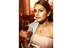 Kareena Kapoor - Regal gold falcon necklace