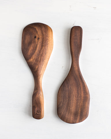 The curved sides of this wooden rice scoop, along with the short handle help you have more control when serving a bowl of rice.