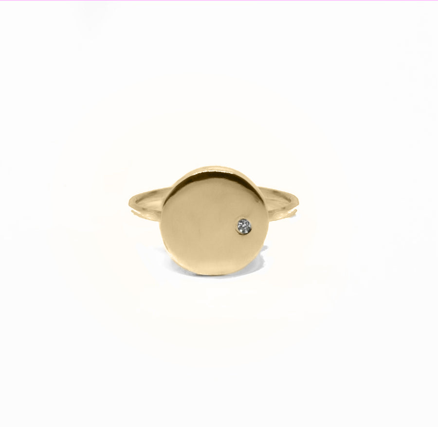 SIMPLE, rund ring med diamant, guld - BY MARIA BUUR
