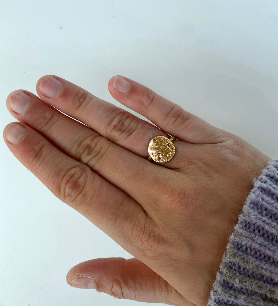 RECYCLE Lille Rund Ring, guld - BY MARIA BUUR
