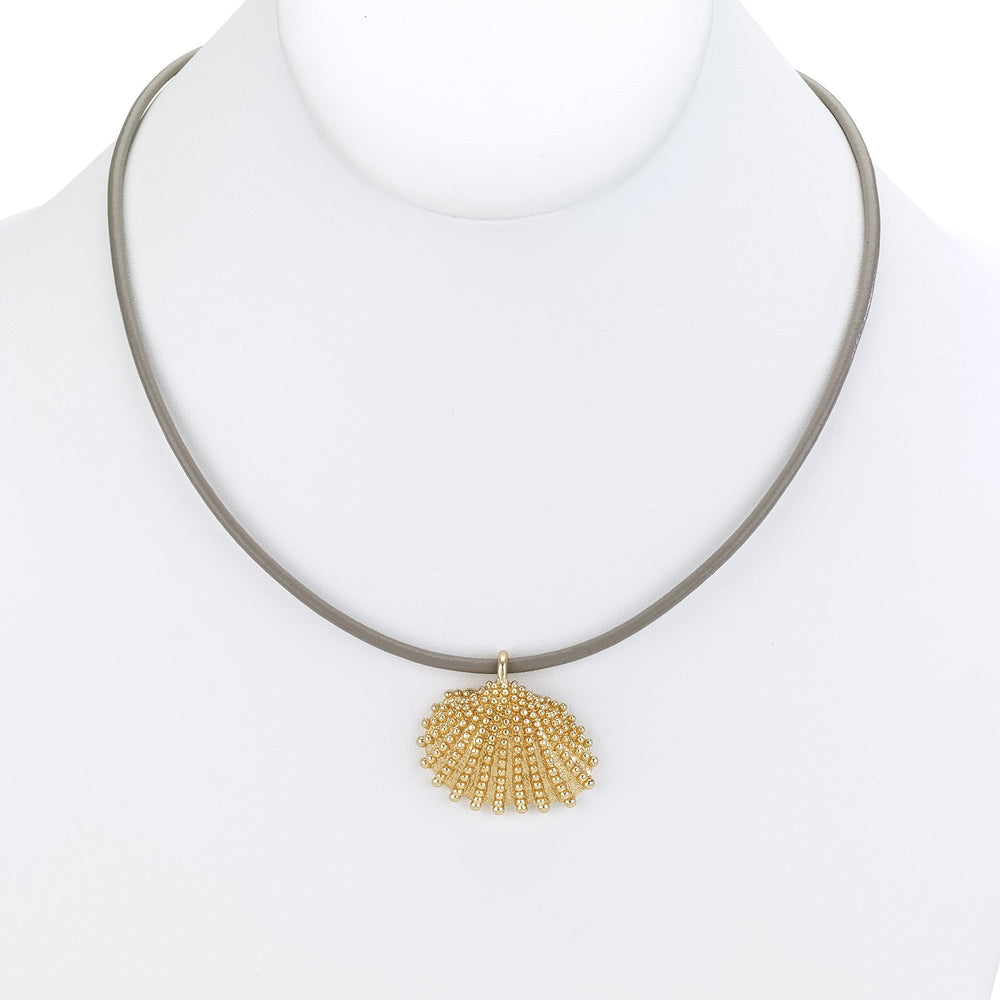 Leather necklace short with scallop shell pendant black
