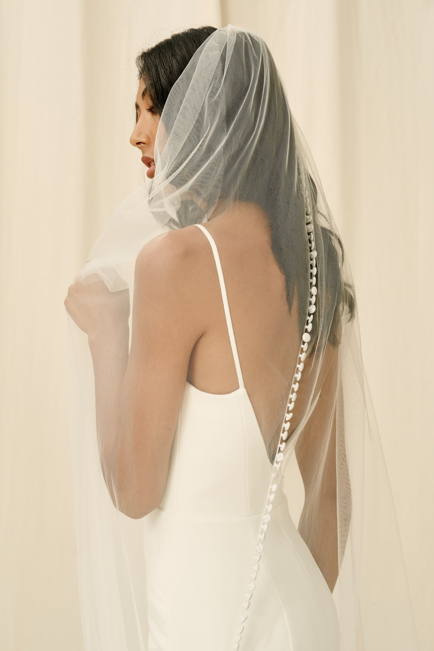 Bridal veil with buttons