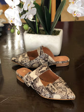Load image into Gallery viewer, Snake print loafers