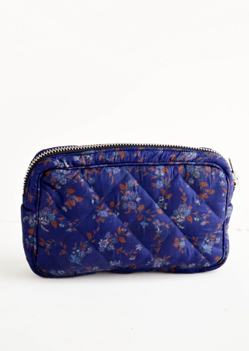 Small / Navy Flora: Flat and rectangular makeup travel bag with zip closure in navy blue floral