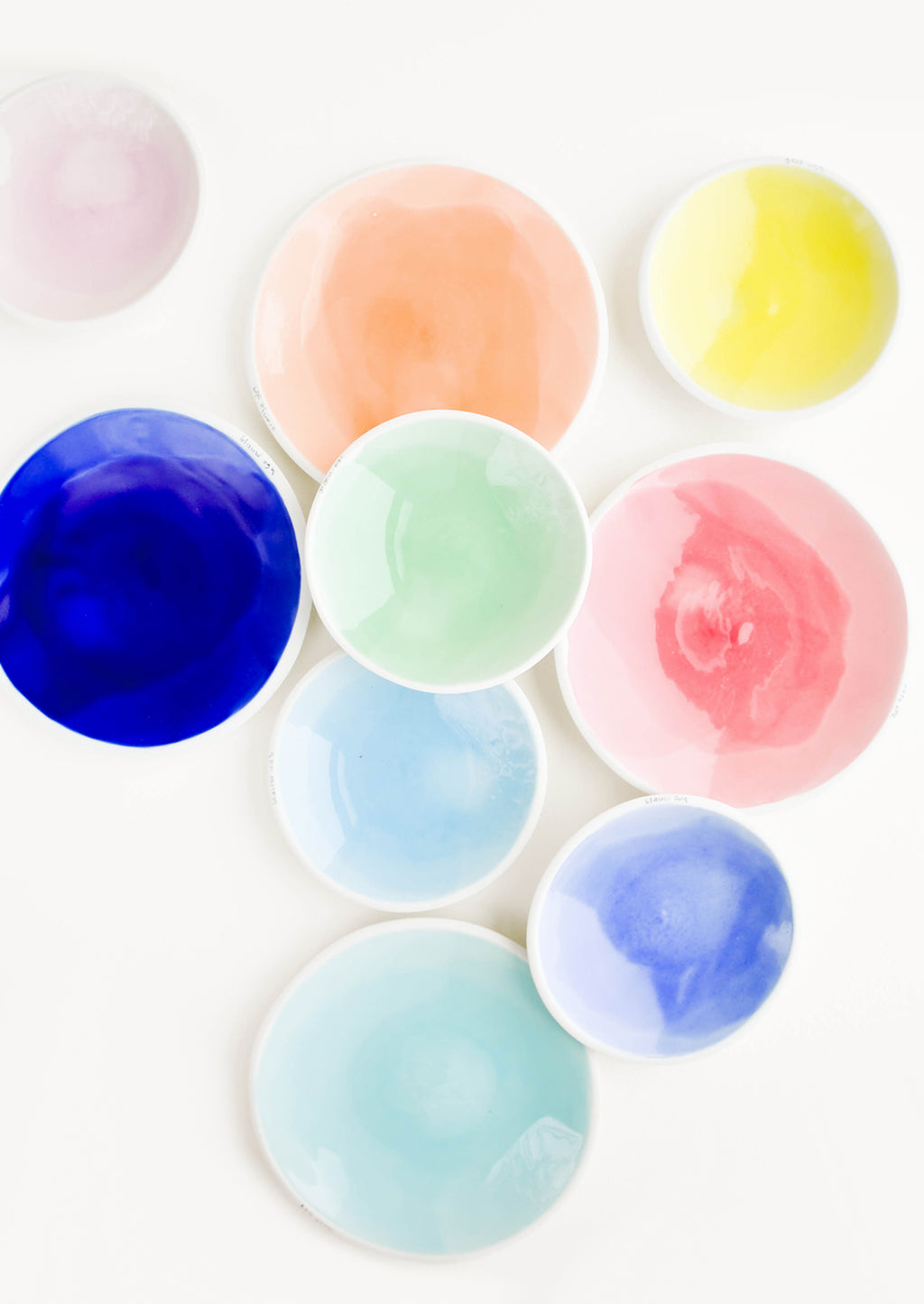 2: Many colorful porcelain dishes in two sizes.