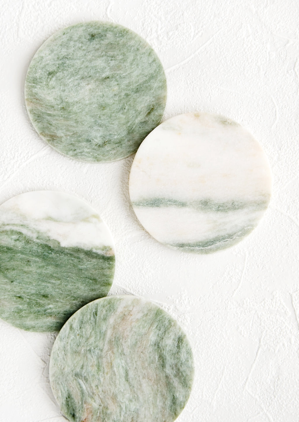 "Round: Set of 4 round coasters in green and white marbled ""lady onyx"""