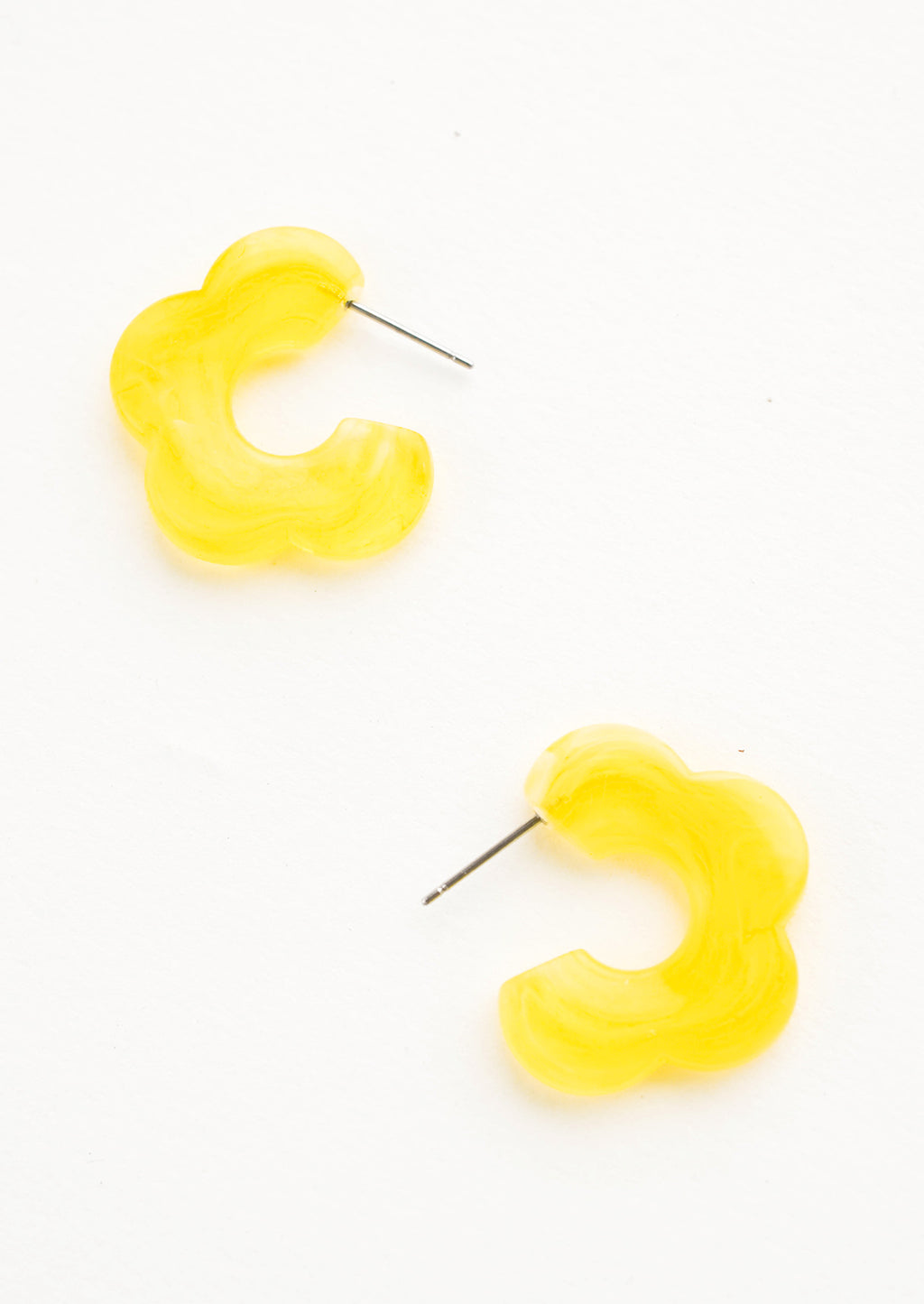 Pineapple: Acetate earrings in the shape of a daisy-like flower, translucent lemon yellow color