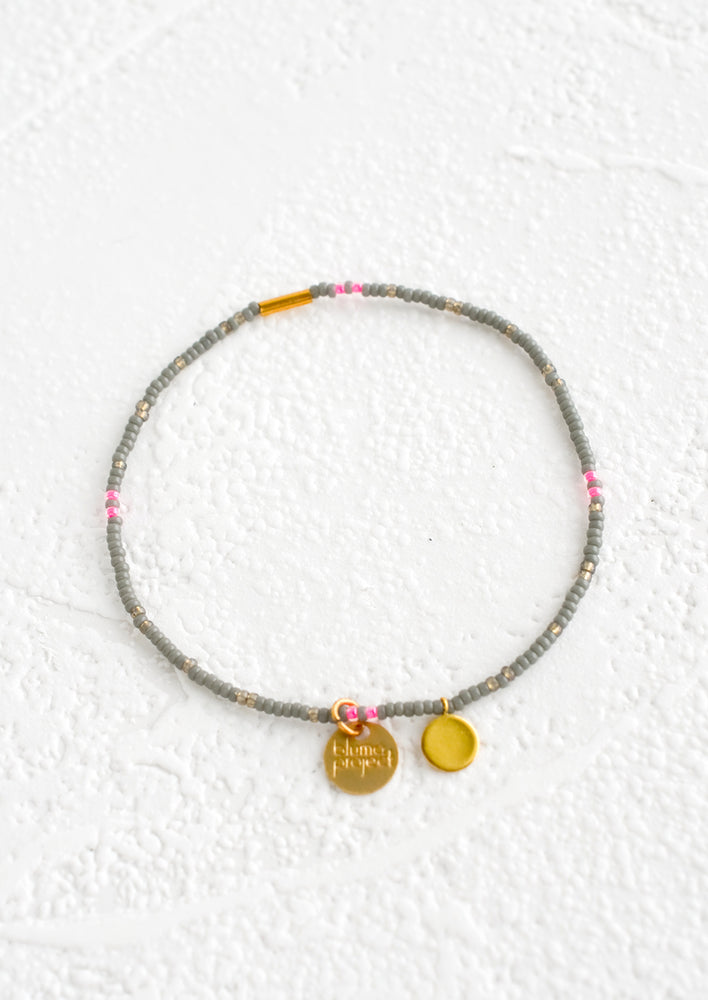 Grey / Neon Pink: Seed bead bracelet in grey and neon pink with brass accents