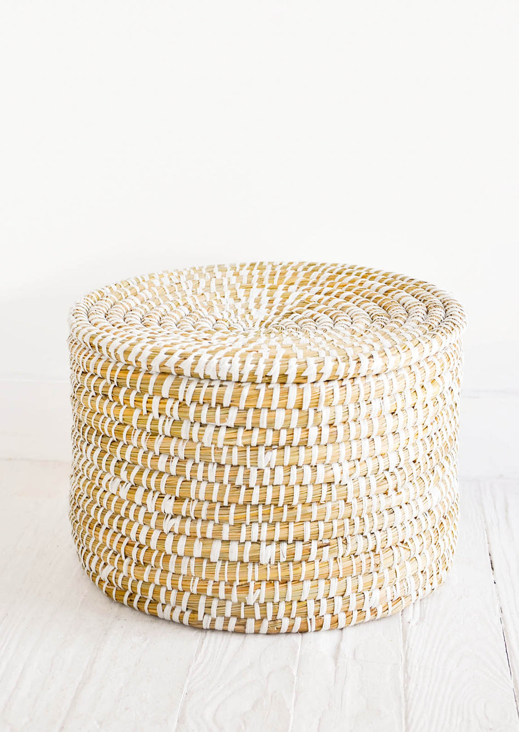1: Round, lidded drum-shaped seagrass basket in natural with white weave