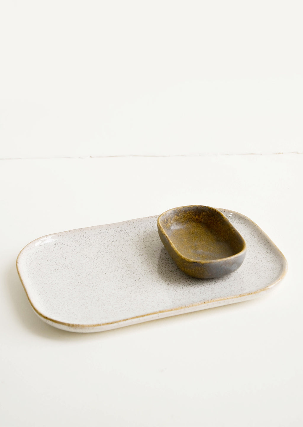 4: Ceramic Tray & Sauce Dishe in White & Brown - LEIF