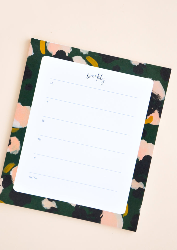 Emerald Camelia: Desktop paper notepad for weekly planning, decorated with painted colors.