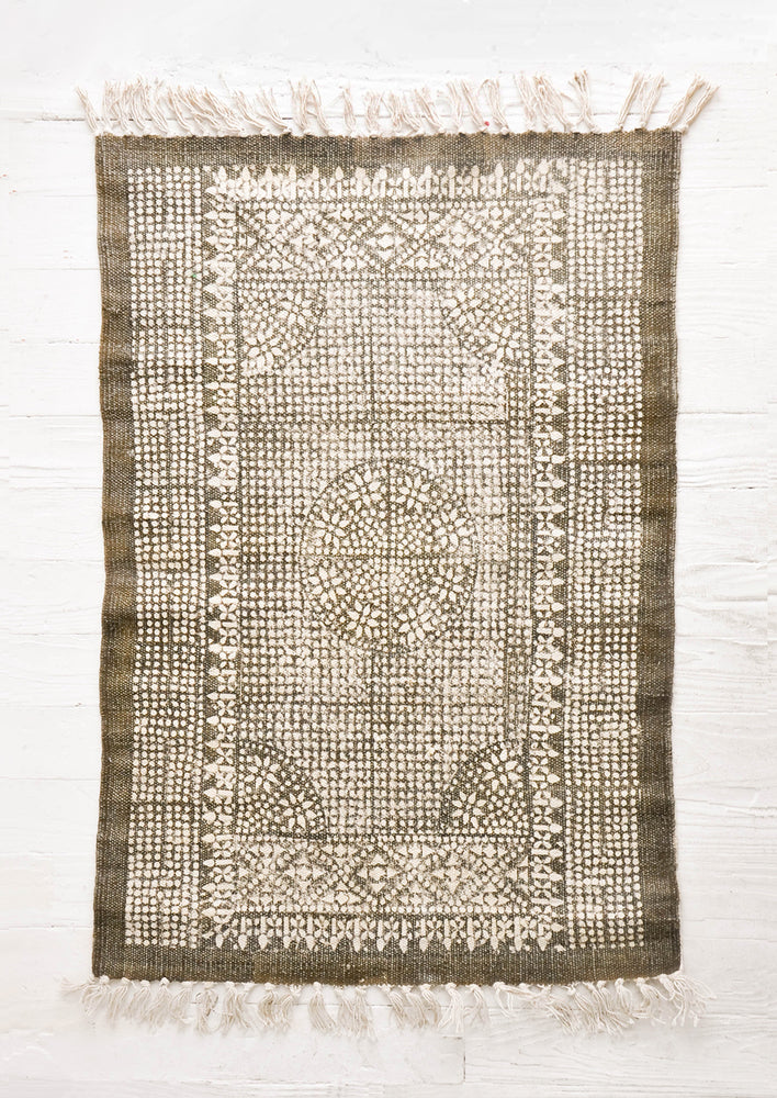 Khaki: Flatweave rug with contrasting oriental pattern and fringe trimmed edges on two sides
