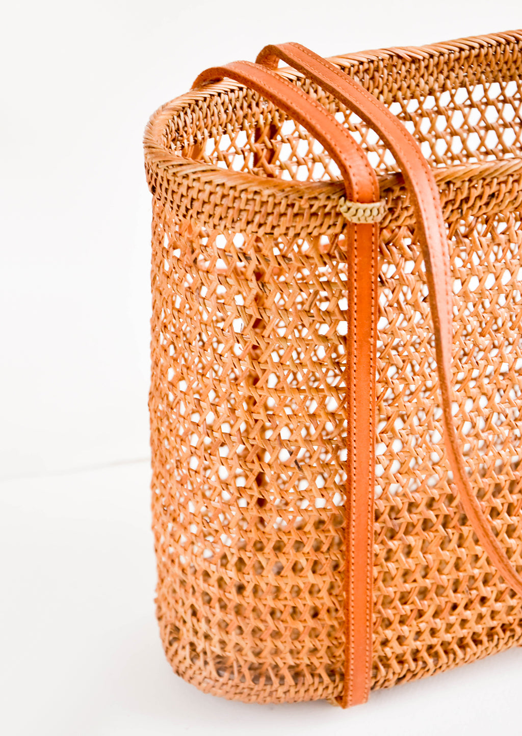 2: Shoulder tote bag with thin leather straps, made from open-weave rattan with a tanned effect