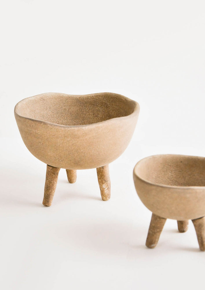 1: Brown ceramic bowls in natural clay with three footed legs