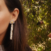 Load image into Gallery viewer, Florecita Daisy Earrings