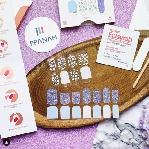 La blogueuse WonderAndCie review les Stickers NailArt de chez Ohora