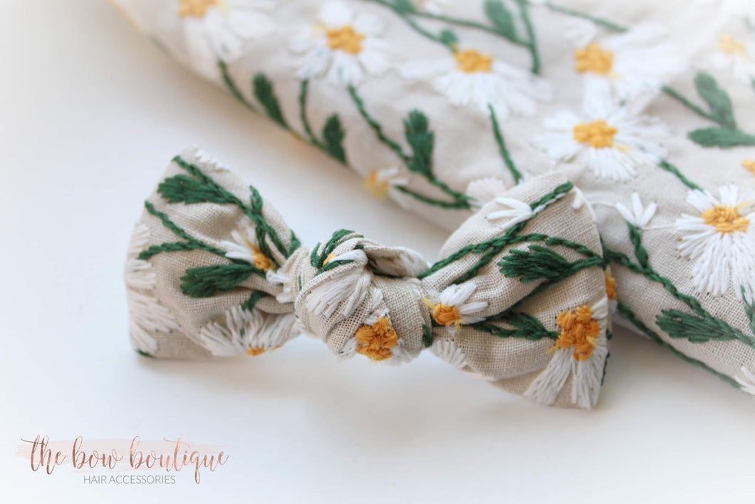 Embroided daisy knot bow clip