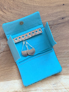 Handwoven tea stripped cotton fabric sewn with wool and cork to organize your jewelry during travel. Includes a pocket to keep necklace pendents from becoming entangled and store your rings