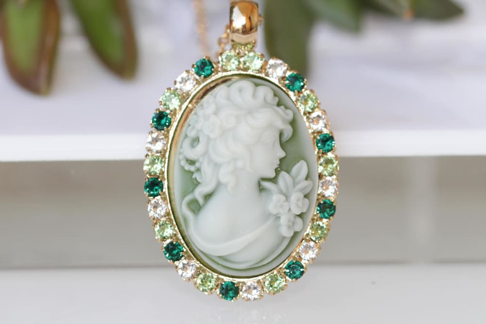Victorian Green Toggle Cameo Necklace. Women Romantic Cameo Necklace Green Necklace.antique Style Cameo Pendant.vintage Style Necklace.