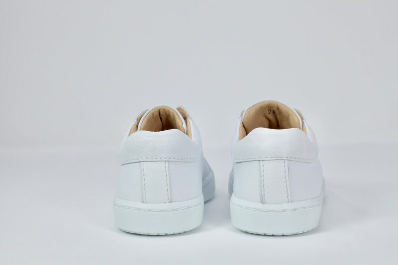 Children's Cloud white walking shoe in 100% leather. Made in Portugal, it is the perfect pair of white sneakers for kids