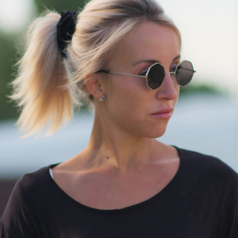 side shot girl wearing octagon shape frame sunglasses size black UV 400 SOLFUL Ibiza