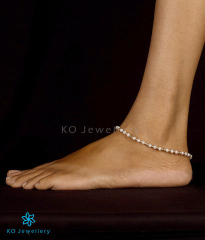 Delicate and lightweight anklets in silver and pearl