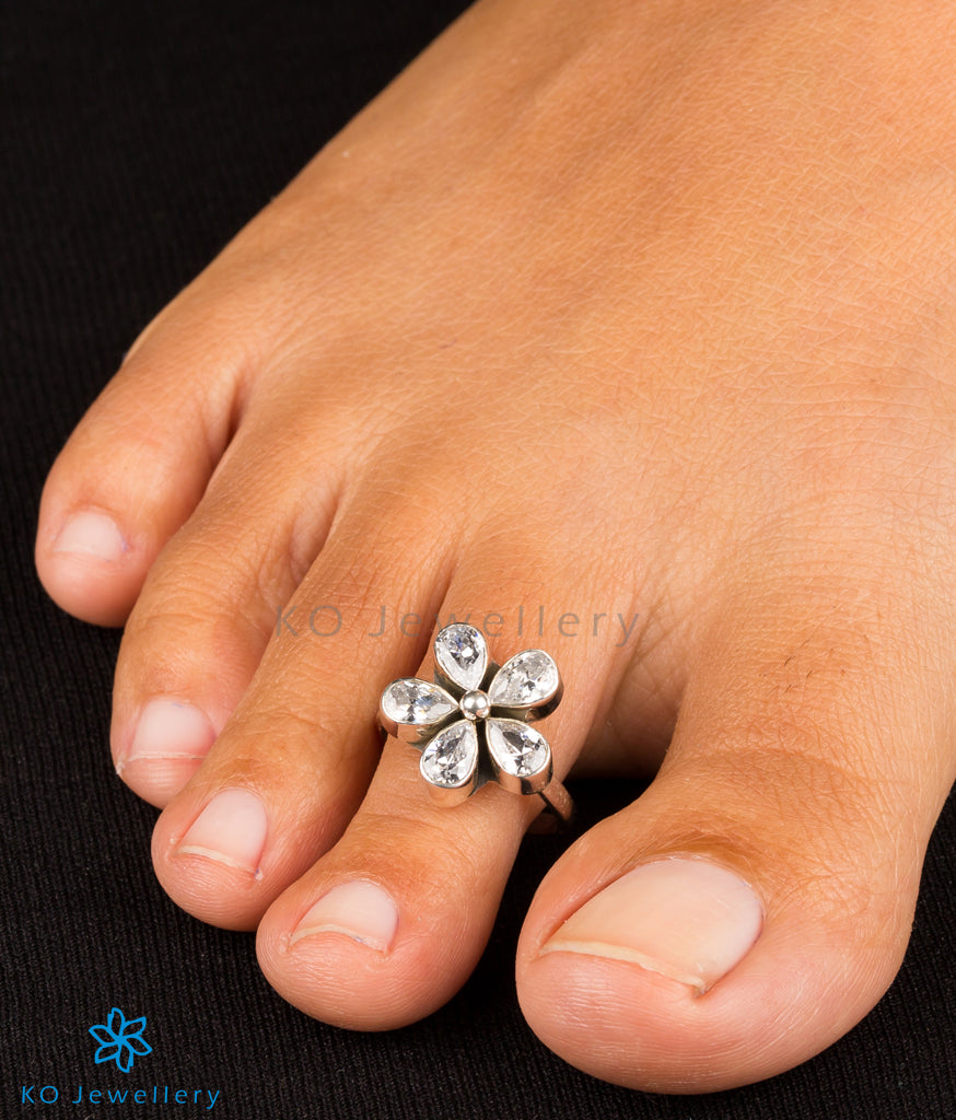 0a8b0c054d Floral toe-ring handmade gemstone jewellery online shopping India · Dainty  silver and gemstone toe-rings to adorn your feet