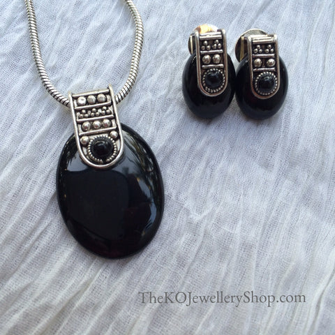 The Urvi Pendent Set - Black