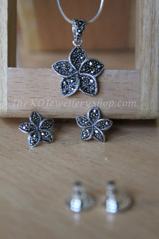 silver floral look pendant stylish