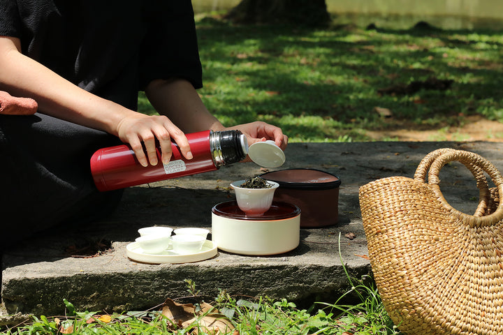 一人泡茶獨飲多安靜  Sip Tea Alone and Enjoy Tranquility