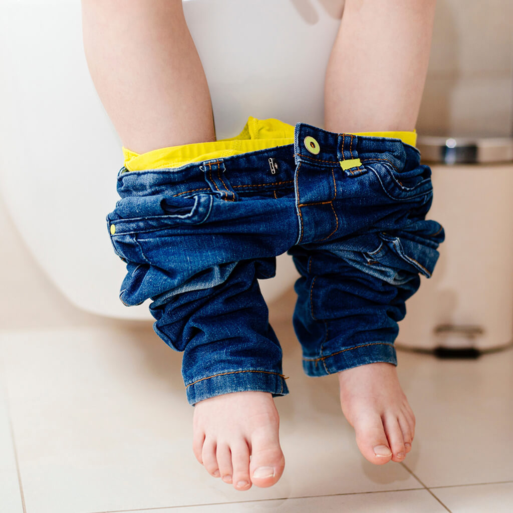 My child goes to the toilet a lot in the day: is this why they wet the bed at night?