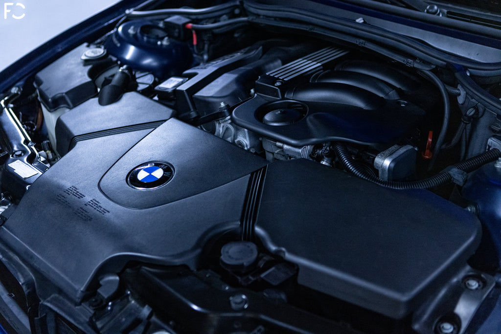 under the hood of a bmw e46 318ti compact at Kassel performance