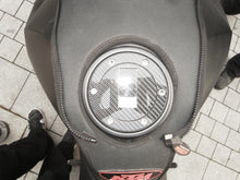 Laden Sie das Bild in den Galerie-Viewer, JOllify #013 Carbon Tankdeckel Cover für Triumph Speed Triple 1050 Alle ab 1994 - Team-JOllify