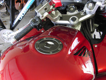 Load image into Gallery viewer, JOllify #023 Carbon Tankdeckel Cover für Honda CBF 600 2004-2007 PC38 - Team-JOllify